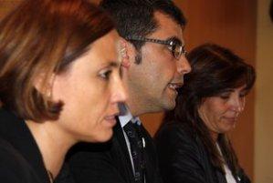 La portaveu de CiU d'Alella, Cristina Xatart; l'alcalde d'Alella, Andreu Francisco (ERC), i la portaveu socialista, Glòria Mans, durant la presentació del nou govern municipal, en una imatge de primers plans (horitzontal).